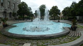 Image of Vauquelin. blue water fountain montréal placevauquelin