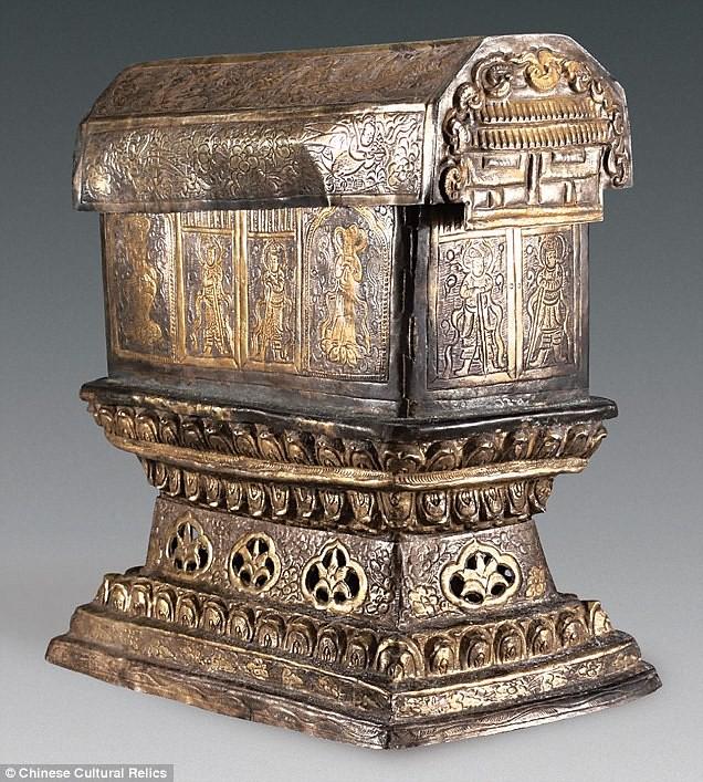 Peti perak yang berisi peti emas yang berisi obyek yang diduga relik tengkorak Buddha Gotama.