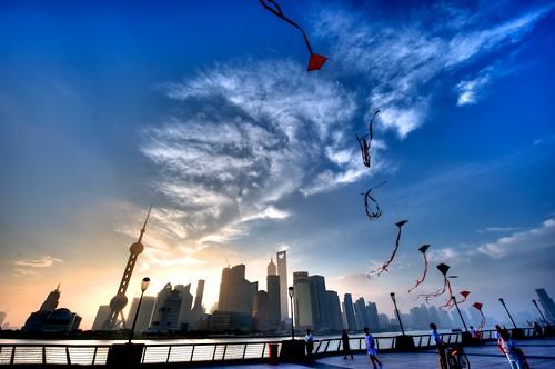 china city morning blue sky kite clouds sunrise downtown shanghai 上海 外滩 bund 金茂大厦 风筝 日出 东方明珠 loolooimage