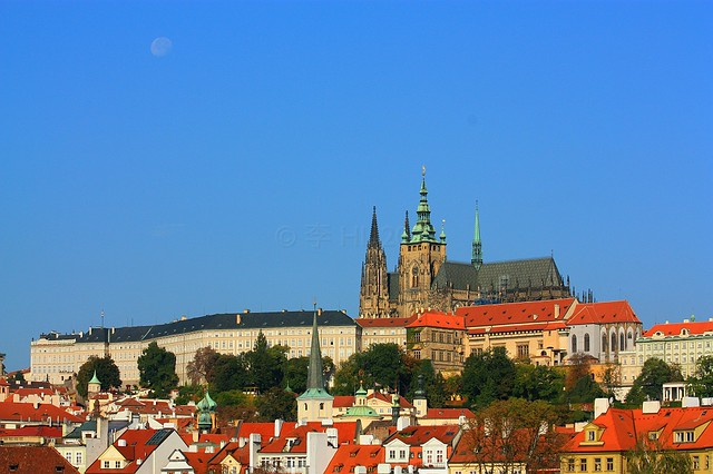 Morning moon over Prague Castle, Prague, fotoeins.com