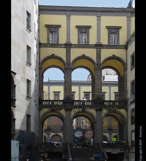 Naples : Architecture in the streets, tradition