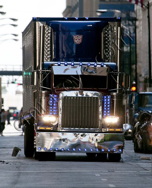 TRANSFORMERS 3: New photos of Optimus Prime with his trailer
