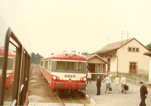 SNCF-X0053 Croisement de deux EAD dont le X 4776 à droite en gare de Saales
