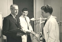 A photo of Loren Roscoe Chandler (1895-1982) talking with unidentified medical personel