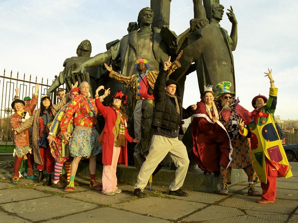 Posing(John Glick/Russia Clown Trip 2004)