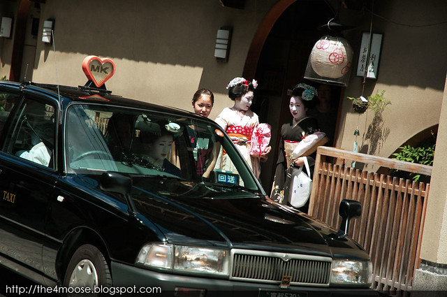 Higashiyama 東山区 : Maiko Kikushino, Maiko Kikune and Maiko Fukuyu