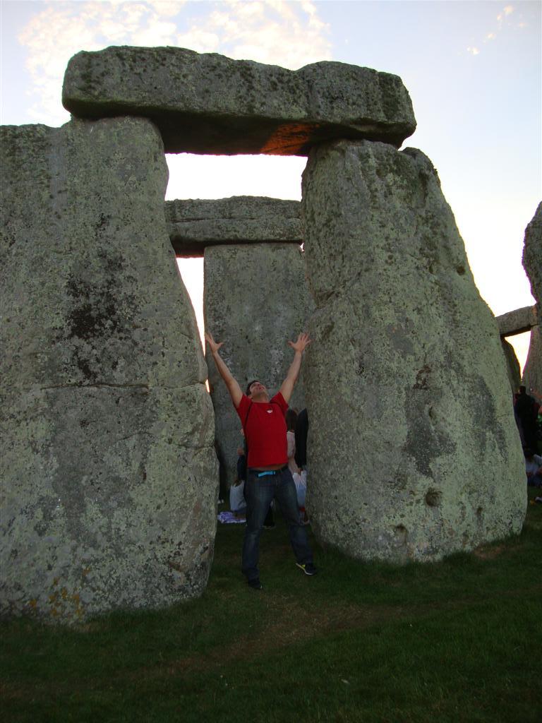Bajo los monolitos stonehenge - 5065764372 0340ddb551 o - Stonehenge, el mágico día del Solsticio