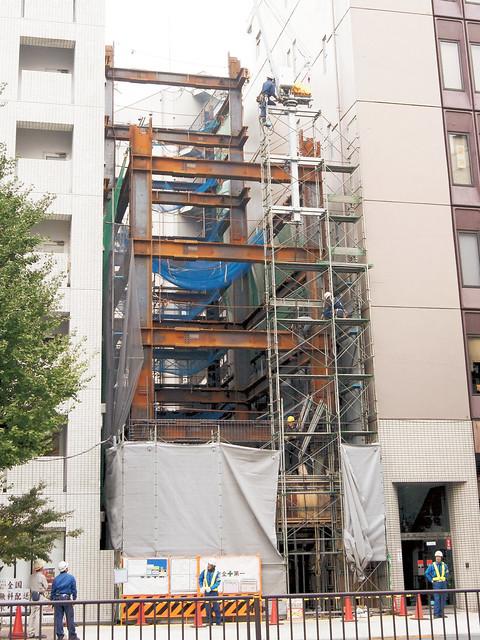 Building under construction ビル建設中