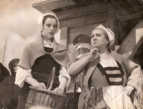Elsa Lanchester & Laura Smithson in 'Rembrandt'