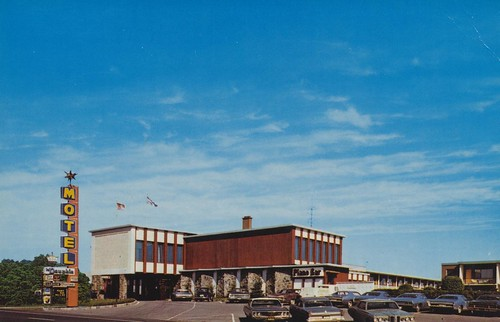The cardboard america motel archive le dauphin hotel for Club piscine drummondville