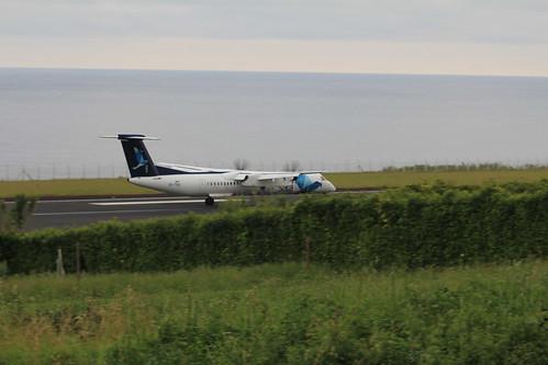 Bombardier Dash 8 approaching Horta 170615_336