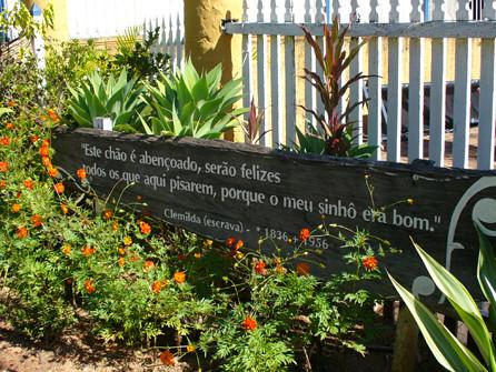 Placa com frase atribuída a mulher escravizada marca a entrada do hotel em Campinas - Créditos: Reprodução/Hotel Fazenda Solar das Andorinhas