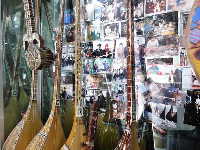 カシュガル、職人街のウイグル民族楽器店