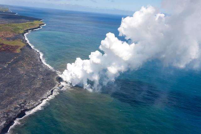 Flujo de lava del Kilauea llegando al océano Pacífico