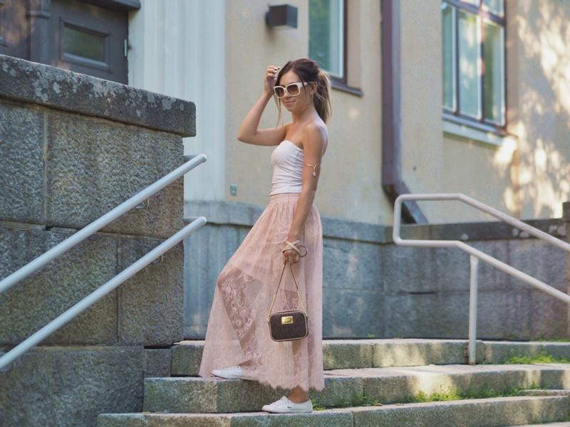 portailla-asukokonaisuus-kesä-vaalenpuna-valkoinen-look