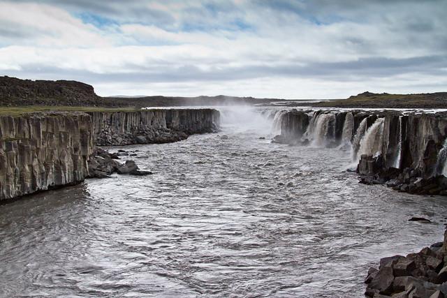 Dettifoss es una cascada situada en el Parque Nacional Jökulsárgljúfur, al noreste de Islandia no lejos de Mývatn. Sus aguas provienen del río Jökulsá á Fjöllum, que nace en el glaciar Vatnajökull y recoje agua de una amplia cuenca. Está considerada la cascada más caudalosa de Europa, con unos caudales medio y máximo registrado de 200 y 500 m³ por segundo, respectivamente, dependiendo de la estación y del deshielo glaciar. Tiene 100 metros de ancho y una caída de 44 m hasta el cañón Jökulsárgljúfur.