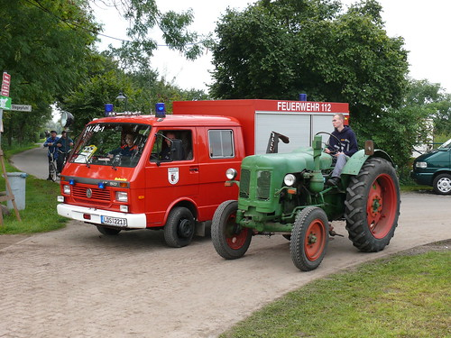 Traktor überholt Feuerwehr