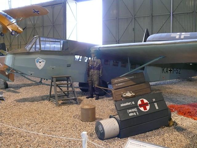 Fallschirmjäger neben Lastensegler DFS 230