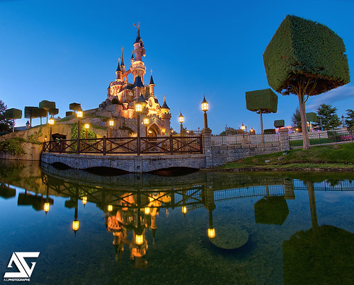 blue sunset fish paris france castle mouse nikon wayne jim disney mickey fisheye bleu company disneyworld pluto bluehour minnie nikkor chateau walt souris eurodisney mortimer parc français hdr macdonald parisian anto couchédesoleil fausset xiii parisien dinseyland heurebleue 16mmfisheye d700 antoxiii allwine photoengine hdr9raw oloneo