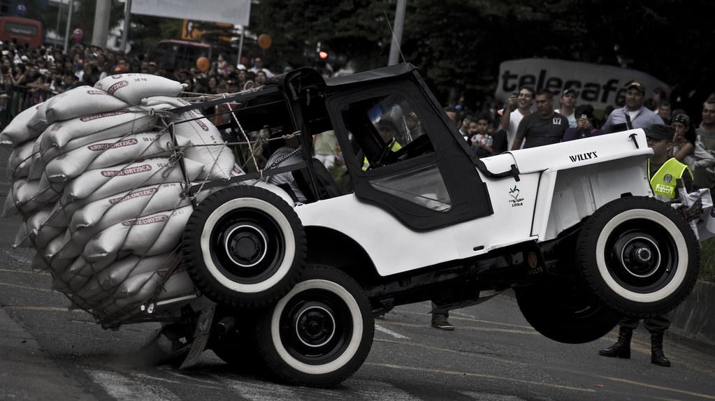 Imagen de un Jeep Willys realizando un pique en el Yipao Armenia