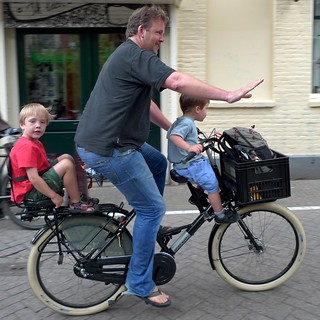 amsterdam papa with 2 kids on workcycles Fr8