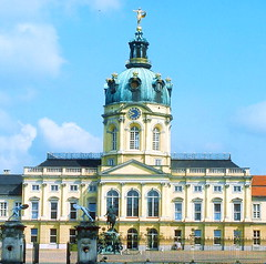 cathedral(0.0), palace(0.0), estate(0.0), stately home(1.0), chã¢teau(1.0), basilica(1.0), town(1.0), classical architecture(1.0), building(1.0), tours(1.0), landmark(1.0), seat of local government(1.0), facade(1.0), byzantine architecture(1.0), plaza(1.0),