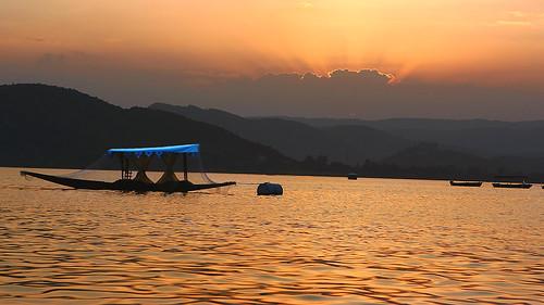 sunset india lake water yellow golden boat rays rajasthan udaipur pichola