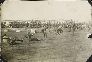 Field Sports. Dominion Day - 1917 Tug o' War! / Sports en plein air, fête du Dominion, 1917 -- souque-à-la-corde!