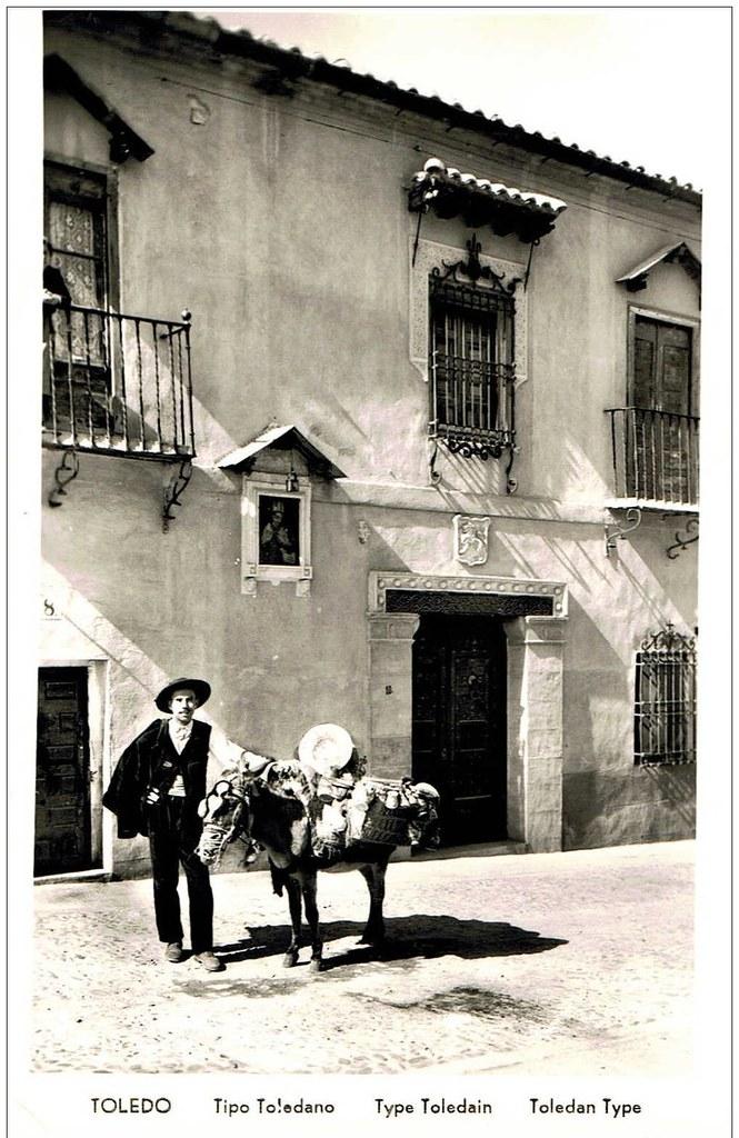 Tipo toledano: vendedor de cerámica en burro ante la casa del anticuario Justo García Callejo en la C/ Horno de los Bizcochos a mediados del siglo XX.