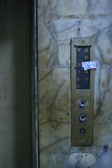 電子街裡的祕密花園--電梯使用中