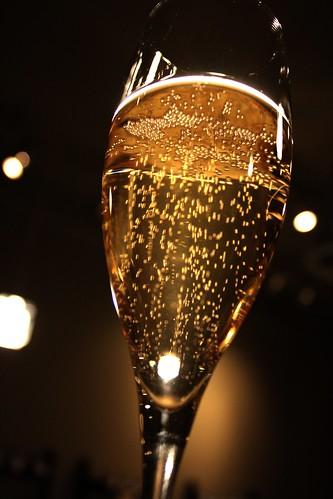 bicchiere di champagne fotografato dal basso