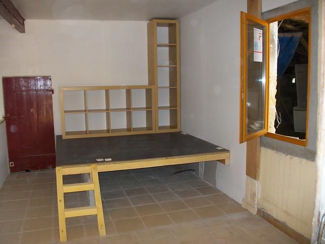 Podium coin bureau le lit se glissera dessous pendant la - Lit avec rangement en dessous ...