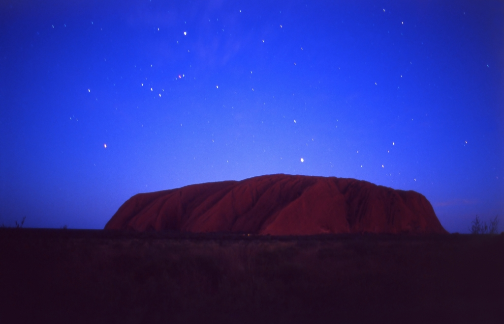 星空に照らされるエアーズロックの風景
