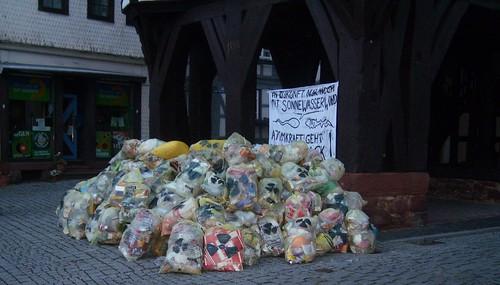 126 Gelbe Säcke am Historischen Rathaus als Atomprotest