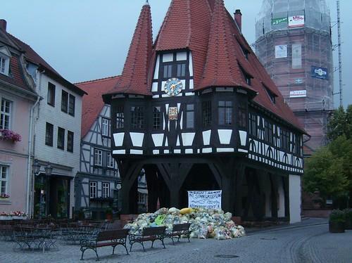 Michelstädter Rathaus mit Gelben Säcken