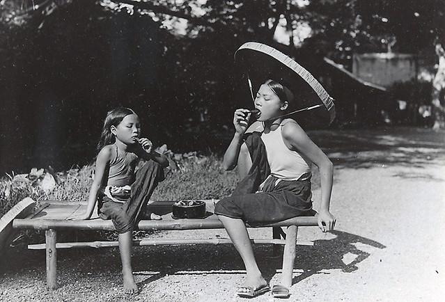 1921-1935 Jeune fille et fillette mâchant le bétel