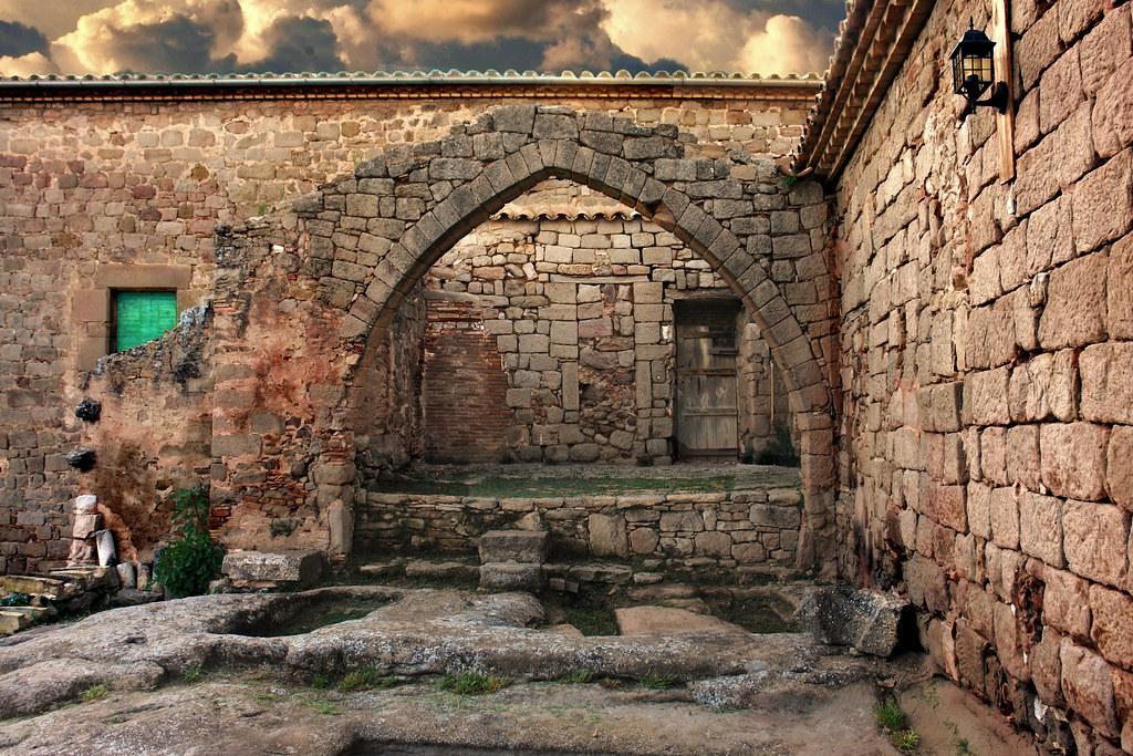 Monestir de Santa Maria de Lluçà (restos de la bodega)