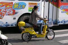 上海的電動機車與電動公車。(攝影/electricbicycle.net)