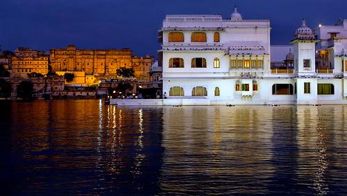 india lake heritage hotel golden dusk lakepalace rajasthan udaipur pichola tajhotels