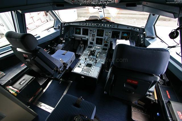 a330 cockpit vor dem flug dieser blick bietet sich einer. Black Bedroom Furniture Sets. Home Design Ideas