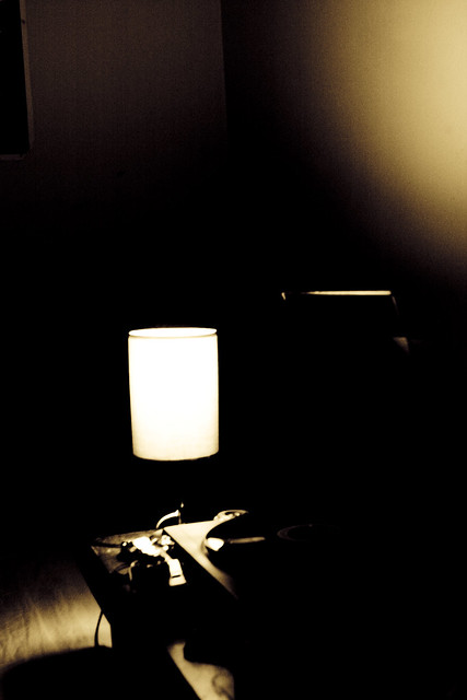 薄暗い部屋にパートナーが無言で座っている