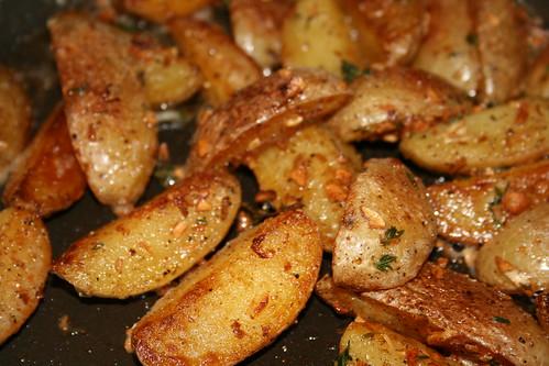 Pommes de terres saut es l ail et au thym gourmetronik montr al cuisine recettes foodie bouffe - Pomme de terre grille a la poele ...