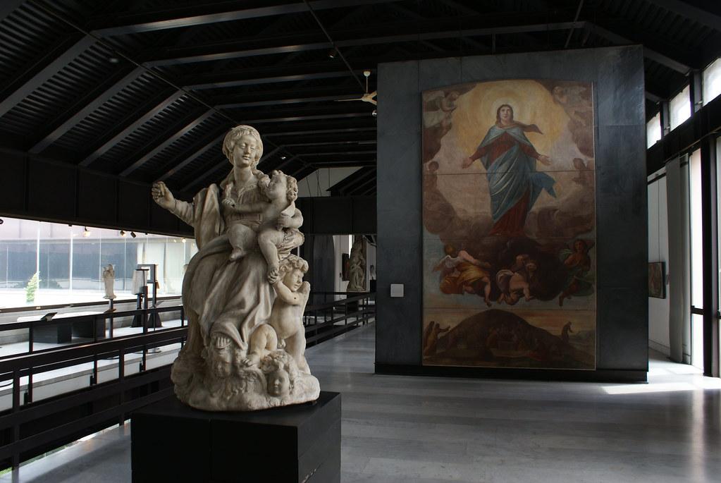 Contraste entre le cadre moderne et les oeuvres anciennes au Musée de la sculpture Sant'Agostino à Gênes