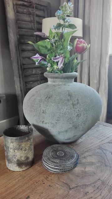 Sobere vaas met bloemen