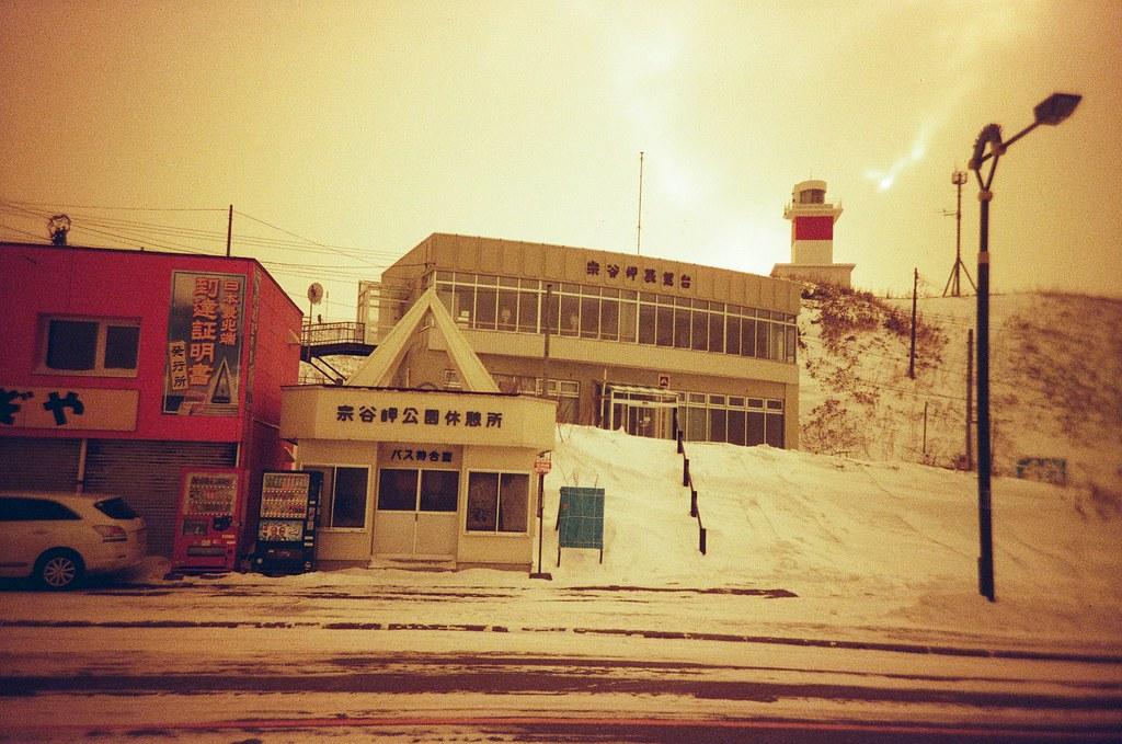 宗谷岬 稚内 Wakkanai, Japan / Redscale / Lomo LC-A+ 這裡就是日本最北方的點,宗谷岬。  我只能說,也是冷到不行的地方,上面的燈塔上去一下下就下來了,因為冷到不行。  正前方的公園休憩所,大家都躲到裡面等公車!  在那裡的窗戶上拍了雪結晶。  Lomo LC-A+ Lomography Redscale XR 50-200 35mm 0399-0019 2017-01-23 ISO100 Photo by Toomore