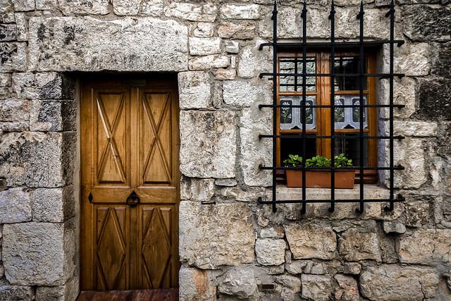 La petite porte et la fenêtre
