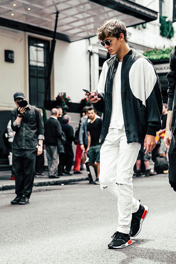 グレーブルゾン×白無地Tシャツ×白パンツ×adidas NMD R1黒