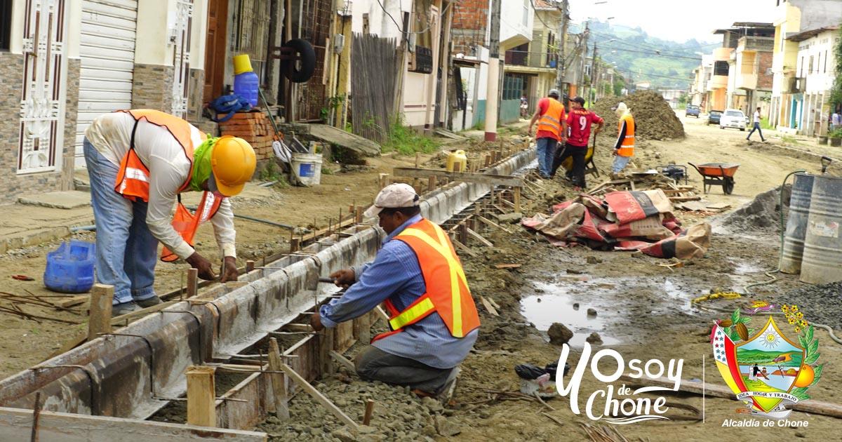 Construyen bordillos y cinta goteras en la calle 24 de Mayo