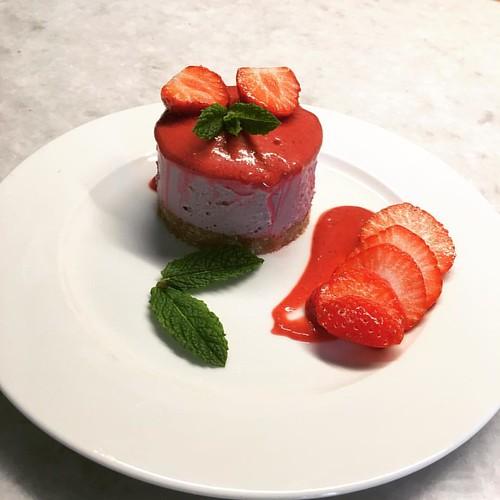 Aardbei framboos cheesecake. Vanillekorst. Frambozencoulis. Volgens recept van Julie Van den Kerckhove.