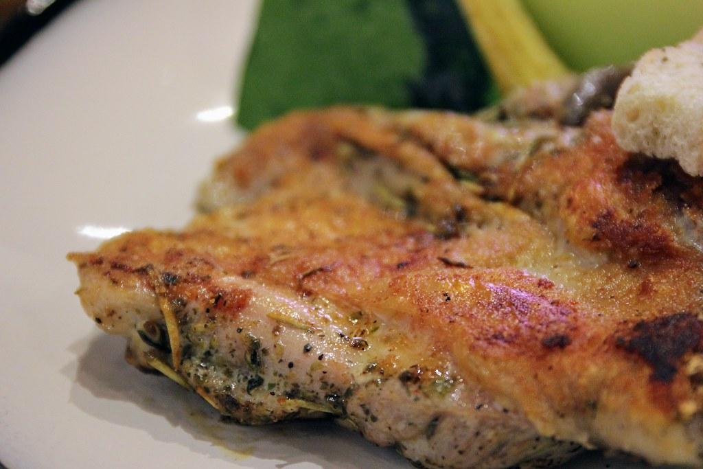 雞腿排皮烤得很酥脆,帶著一點鹹味,底下略油